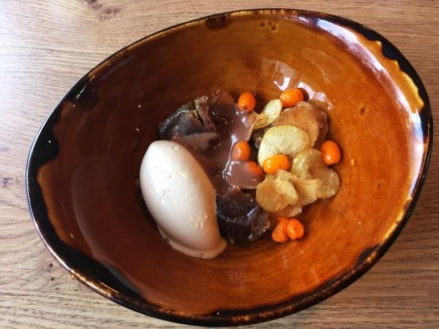 Aterian kruunaa jälkiruoka, jossa makea perunakakku ja perunajäätelö saavat seurakseen rapeita perunalastuja, raikkaita tyrnimarjoja sekä täyteläistä suklaakastiketta.