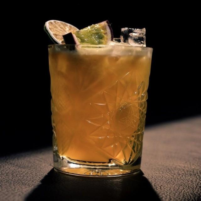 Butchersin cocktailit ovat Mika Koivulan käsialaa. Kuvan drinkki Ms. Kitty Cash viimeistellään passionhedelmällä.