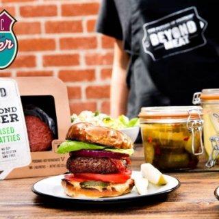 Kasvispihvi, joka muistuttaa hämmentävän paljon lihaa – Classic American Diner tuo Suomeen himoitun Beyond Burgerin