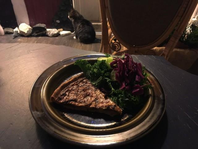 Mehevässä suppilovahveropiiraassa maistuvat syksyn parhaat maut. Keittiön ovella päivystää herkuille perso Pete.