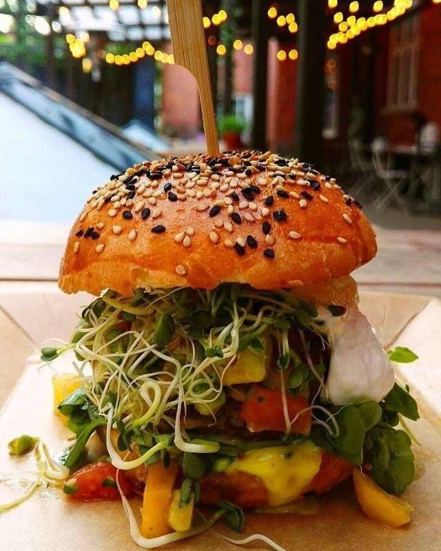 Muusa ja Gopal jakoivat ykkössijan paras kasvisruoka -kategoriassa. Kuvassa Muusan kesäinen vegeburgeri.