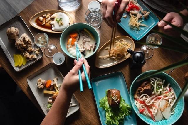 Latitude 25 Okinawa Restaurant Bar on erikoistunut okinawalaisiin annoksiin.