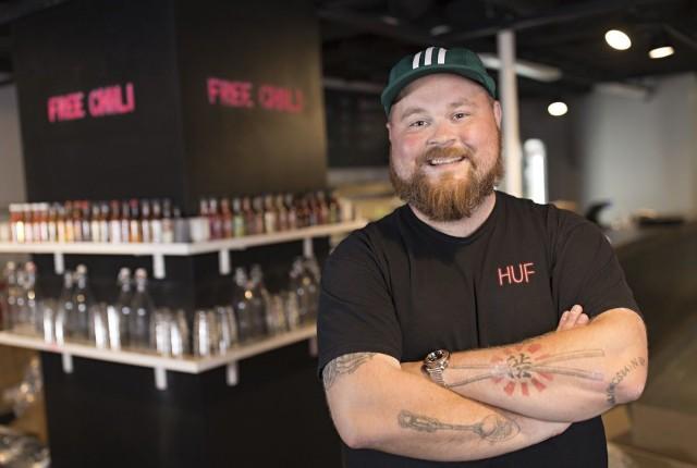 Akseli Herlevillä on syytä hymyyn, sillä hänen burgerinsa nousi Suomen suosituimmaksi Wolt-annokseksi.