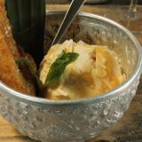 Banskua, jädeä, kondensoitua thai-hunajamaitoa ja mantelia, omnom