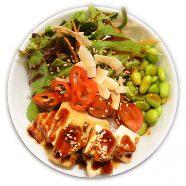 Ravintola Darumassa on runsaasti myös vegaanisia annoksia. Esimerkiksi pokekulhon täytteeksi voi valita tofun tai avokadon. Myös ramen-keitoista löytyy vegaaninen versio.
