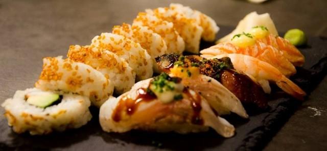 Ravintola Darumassa on monipuolinen valikoima erilaisia sushisettejä.