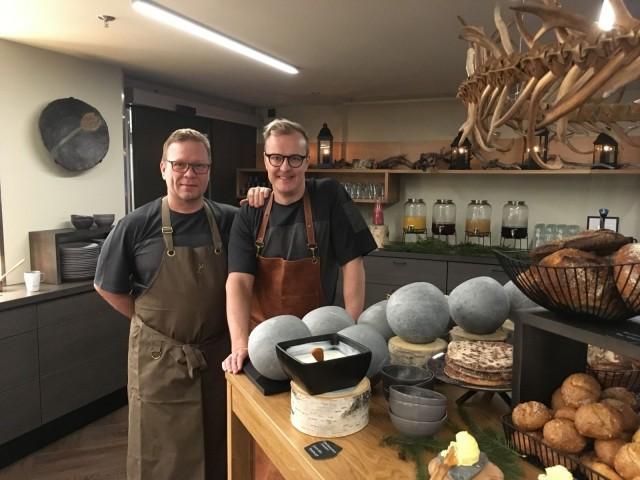 Mika Heiskanen (vas.) ja Tero Mäntykangas ovat suunnitelleet Kultá Kitchen & Barin menun.