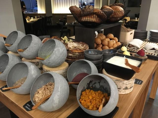Aamiaispöydässä on tarjolla hillaa Sodankylästä ja mustikkaa Muoniosta.