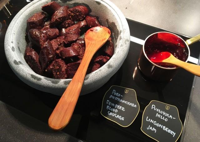 Poro-mustamakkara on Lapland Hotelsin oma erikoisuus, joka valmistetaan Inarissa.