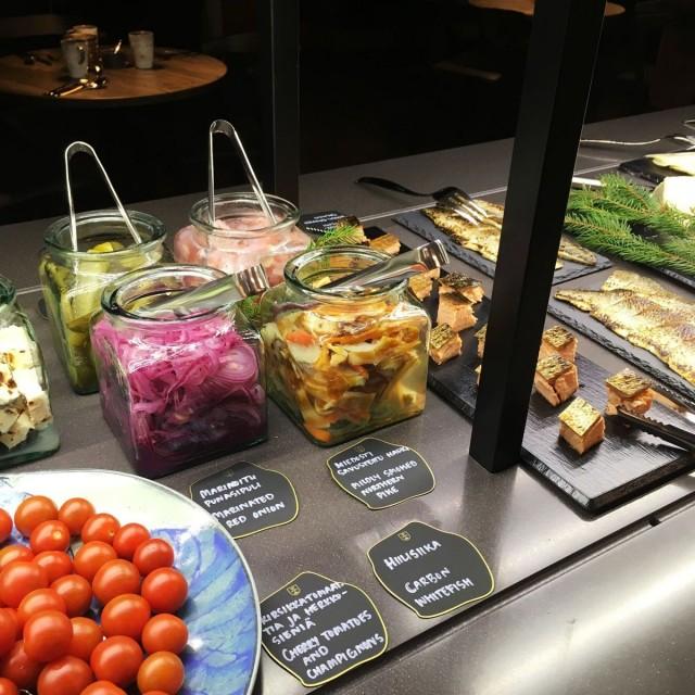 Jääkellarin lohi ja hiilisiika ovat muistakin Lapland Hotels ravintoloista tuttuja makuja.