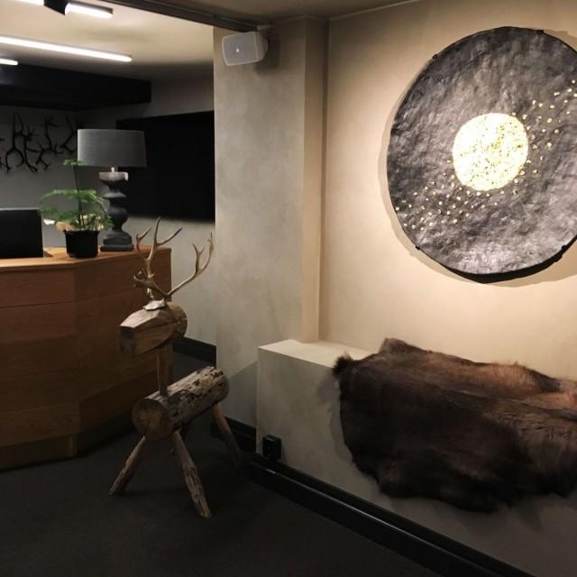 Mitäpä olisi lappilaishotelli ilman poronsarvia ja taljoja. Anu Pentikin taideteokset antavat sisustukseen viimeisen silauksen.
