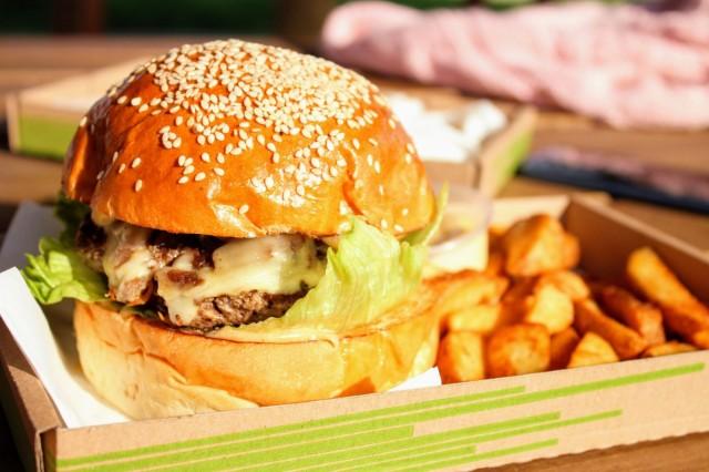 Toukokuusta lähtien lihan alkuperämaan on oltava ravintoloissa näkyvästi esillä. Asetus ei kuitenkaan koske puolivalmisteita, kuten valmiita tai puolivalmiita hampurilaispihvejä.