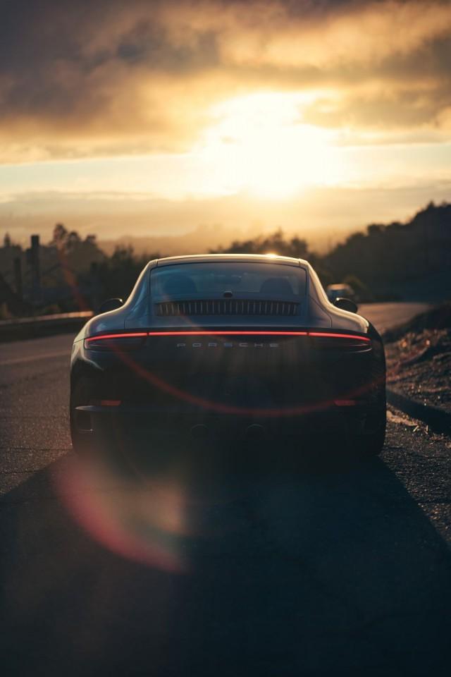 Polttomoottoriauto ajaa auringonlaskuun. Kuva Duc Le on Unsplash