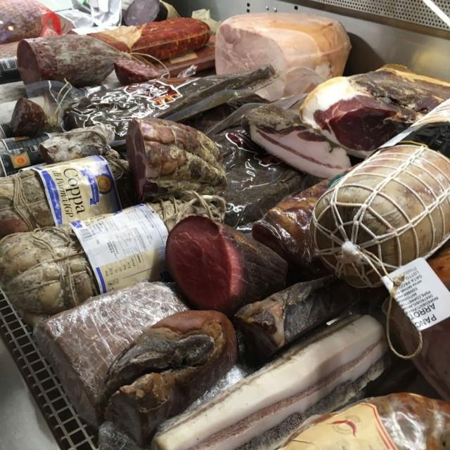 Casa Italiassa myytäviä juustoja ja leikkeleitä voi maistella myös paikan päällä italialaisen viinin kera.