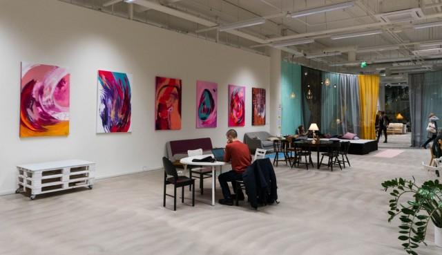 Olohuoneessa on runsaasti paikkoja työskentelyä varten. Tällä hetkellä nähtävillä on taiteilija Sivi Valiman digitaalisia muotokuvia sekä taiteilija Elisa Serafian akryylimaalauksia.