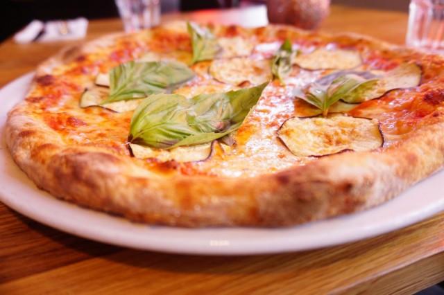 Pjazzan pizza parmigianassa on munakoisoa, tomaattia, mozzarellaa, basilikaa ja grana-juustoa.