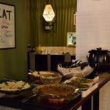 Mezamen libanonilainen buffet sisältää runsaan valikoiman mezejä sekä päivittäin vaihtuvia lämpimiä ruokia.