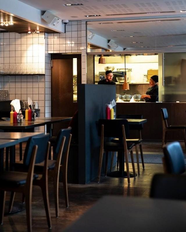 Kampin Bites Burgersissa on tilaa nautiskella laatubisseä ja burgereita.