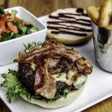 """Woolshedin Johannesburg """"BRAAI"""" Burgerissa maistuu pekoni, karamellisoitu sipuli ja BBQ-kastike."""