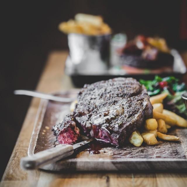 Woolshedin Rump Steak tarjoillaan salaatin, ranskalaisten ja pippurikastikkeen kera.