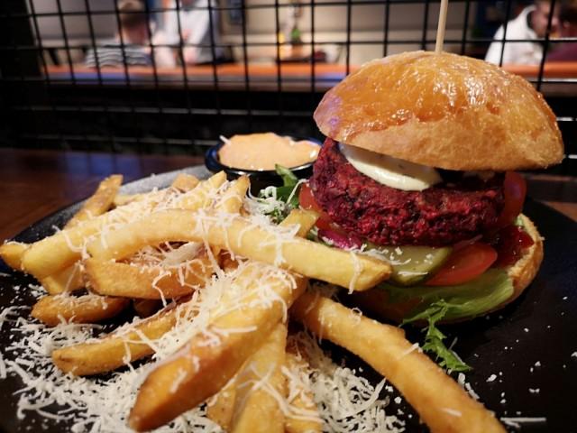 Lone Starin Beetroot Burgerissa maistuu punajuuri ja paholaisenhillo.