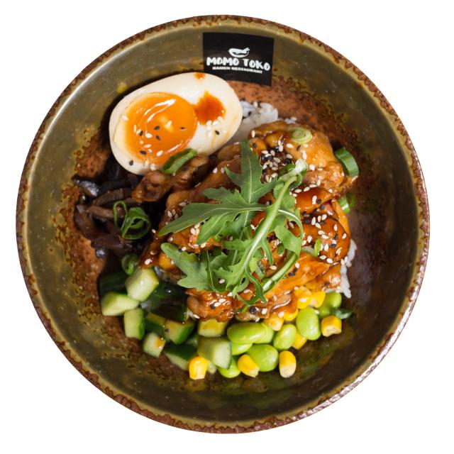 Jumbon ja Ison Omenan Momotokossa on kolme tarjousannosta: tantanmen ramen, soy miso ramen sekä kuvan teriyaki chicken donburi.