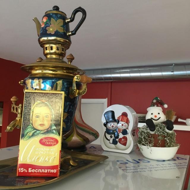 Alenka Home Foodin sisustus on kotoisa pieniä yksityiskohtia myöten. Elena Vaskivuon isä toi tyttärelleen usein kuvassa näkyvää Alenka-suklaata.