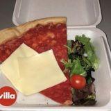 Fyre-festarin meemileivän kaltainen annos myynnissä 25 dollarin hintaan pizzaketjussa Yhdysvalloissa