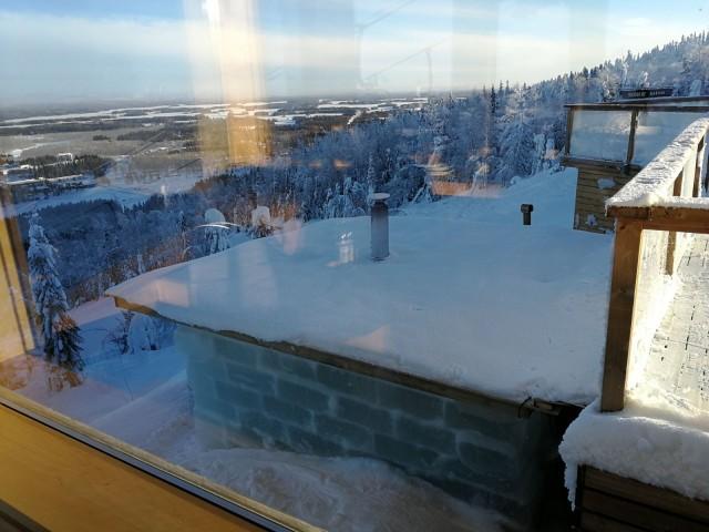 Jääsauna näyttää kuin se olisi tehty betoniharkoista, mutta kun iltahämärässä valot laitetaan päälle, jään rakenne paljastuu koko komeudessaan