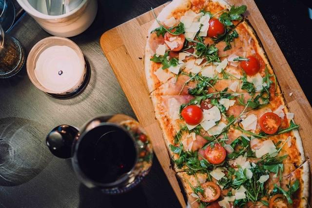 Luigi Pizzeriassa nautitaan trendikkäitä lankkupizzoja.