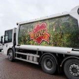 Biojätteestä tehty LOVE-taideteos matkustaa jäteauton kyljessä – HSY tilaa taidetta autoihinsa