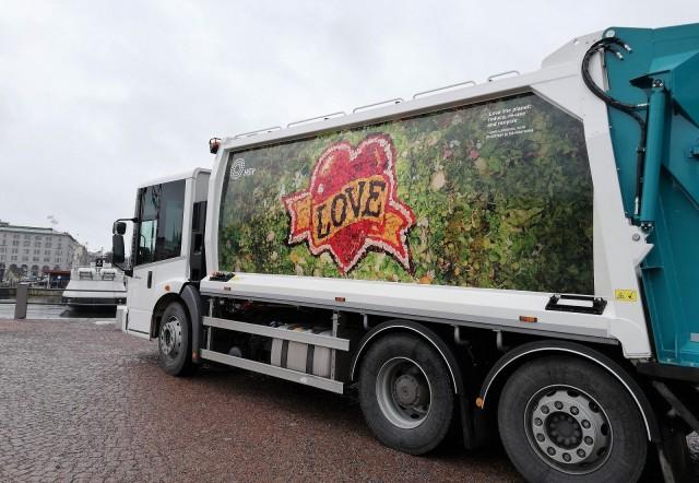 HSY:n jäteauton kyljessä on taiteilija Jani Leinosen LOVE-teos, joka on tehty kokonaan biojätteestä.