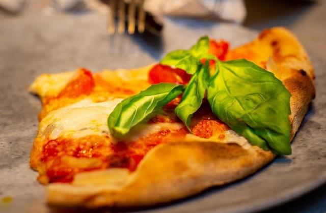 Platan menulta löytyy myös rapeapohjaista artesaanipizzaa.