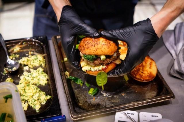 Burger Battlen voittoburgerissa oli muun muassa persilja-munakokkelia sekä pikkelöityä pinaattia ja kevätsipulia.