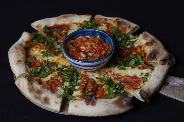 Pizzan keskellä olevaan kastikekippoon voi dipata pizzan rapeat reunat.