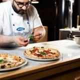 Pizzeria Luca avasi uuden ravintolan Tampereelle – Pohjois-Euroopan parhaan pizzan salaisuus kolme päivää kohotetussa taikinassa