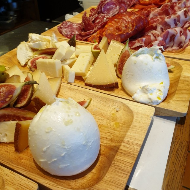 Preston antipastovalikoimasta löytyy ensiluokkaisia italialaisia leikkeleitä ja juustoja, kuten tuoretta burrataa.