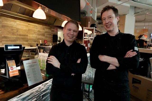 Tony Brander ja Mikko Vettenranta yllättyivät karhuburgerinsa suosiosta.