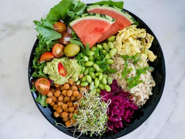Anne's Vegen buffetista löytyy runsaasti erilaisia proteiininlähteitä.
