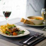 Ravintola Centralissa nautiskellaan muun muassa kanalla ja tomaatti-vuohenjuustokeitolla.