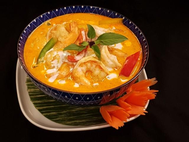 Thairavintola RICEn punainen curry jättikatkaravuilla vie kielen mennessään!