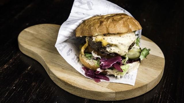 Bar Loosisterin Blues Brothers Burgeri on helmikuussa avatun ravintolan suosituin annos.