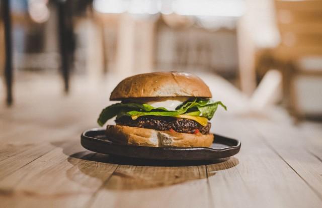 Saunan burgerissa on mehukas hevosenlihapihvi, sipulihilloketta, pikkelöityä kurkkua sekä savuviskimajoneesia.
