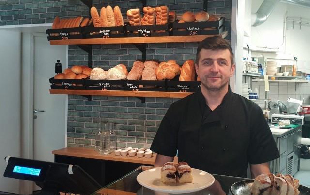 Ermin Softic tarjoaa kahvilassa myös balkanilaisia erikoisuuksia. Hyllystä löytyy muun muassa kifla-leipää sekä buhtla-pullia (etualalla).
