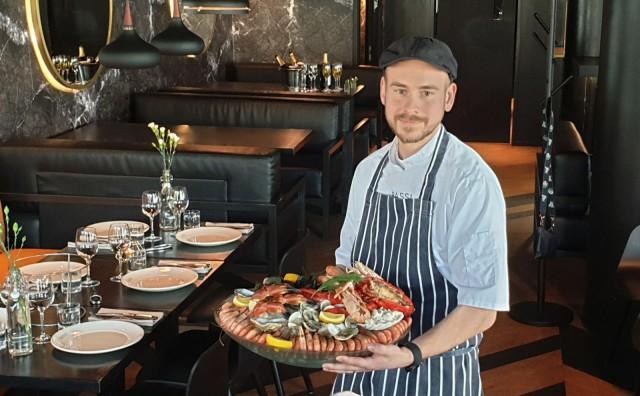 Turun Bassin keittiömestari Lari Vilén esittelee Bassin runsasta äyriäisvatia, joka sisältää muun muassa katkarapuja, simpukoita, taskurapuja, ostereita sekä hummeria.