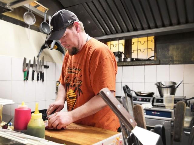 """""""Parasta jälkeä syntyy, kun saa tehdä vähemmän, hitaammin ja laadukkaasti"""", sanoo Sori Taproomin keittiömestari Aki Peiju."""