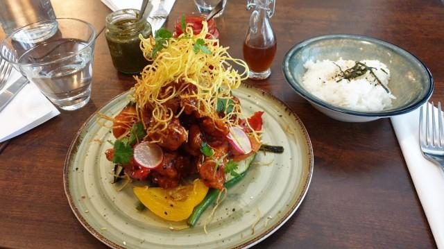 Korealaisittain friteeratun kana-annoksen kruununa on friteerattua perunaa.