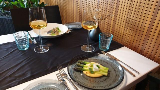 Designravintola Eevertin teemamenun alkuruokina nautitaan parsaa ja hiillostettua siikaa.
