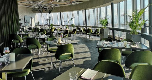 Teletornin ravintolan sali näyttää upealta ilta-auringossa