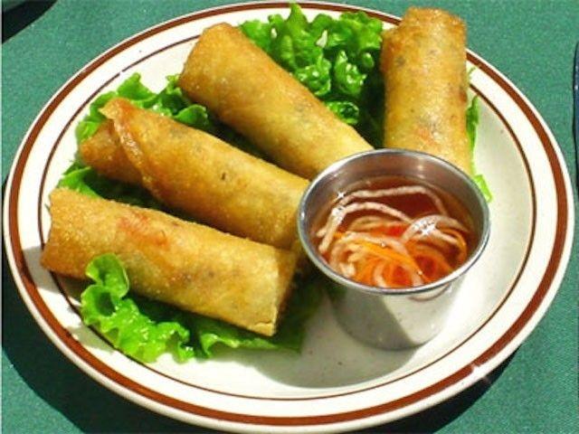 Alkuruokina tarjoillaan suosittuja kevätrullia sekä riisipaperiin käärittyjä vietnamilaisia kesärullia.